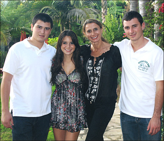 Kyle, Taylor and Dylan with their mom, Lisa